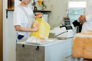 クレジットカード払いより現金が好まれる寿司店や個人経営店