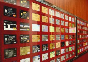 三井住友カード株式会社本社のロビーにも、スタンダードカードから提携カードまで大量のカードがディスプレイされており圧巻