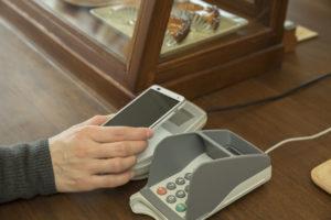 キャッシュレスにすれば、機器にカードやスマホ画面をかざすだけで支払いができる