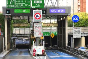 高速道路の料金所には、「通常ゲート」と「ETC専用ゲート」があります。