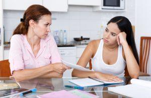 クレジットカードに関わることで親に連絡が行くケース