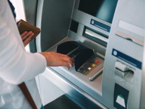クレジットカードでキャッシング(現金引き出し)する方法